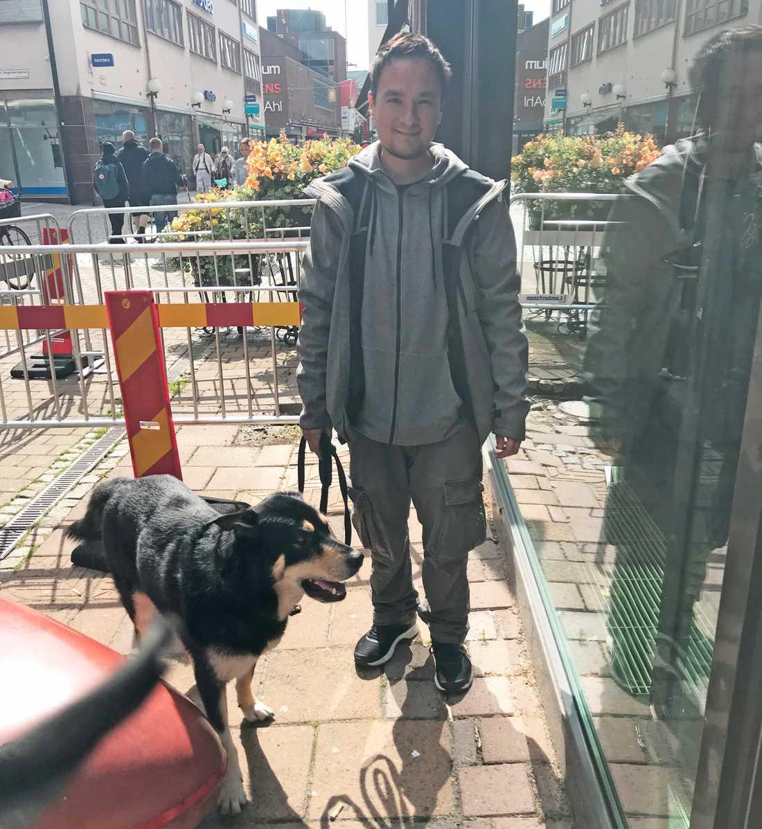 Tomi Tong, 31, och tioårige hunden Fido.