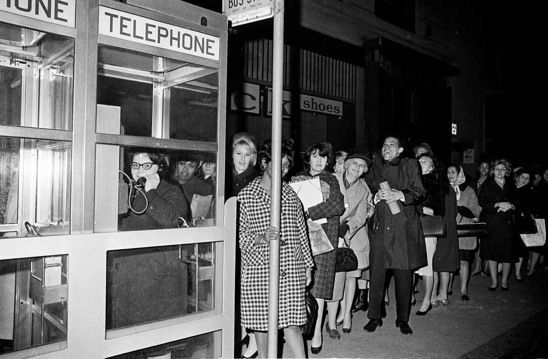Telefonkiosken har fått stryka på foten i och med mobilens utveckling. Här en telefonkö i New York 1956 under ett stort strömavbrott.