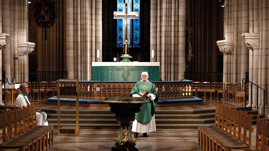 I år kan vi inte fira påsken i våra kyrkor, men köpcentrum och gym håller öppet utifrån kvadratmeterregeln. Inkonsekvens underminerar förtroende. Därför hoppas vi att kyrkorna och trossamfunden ska kunna tillämpa kvadratmeterregeln från och med skärtorsdagen, skriver Sveriges kristna råd. På bilden Ärkebiskop Antje Jackelén i Uppsala domkyrka.