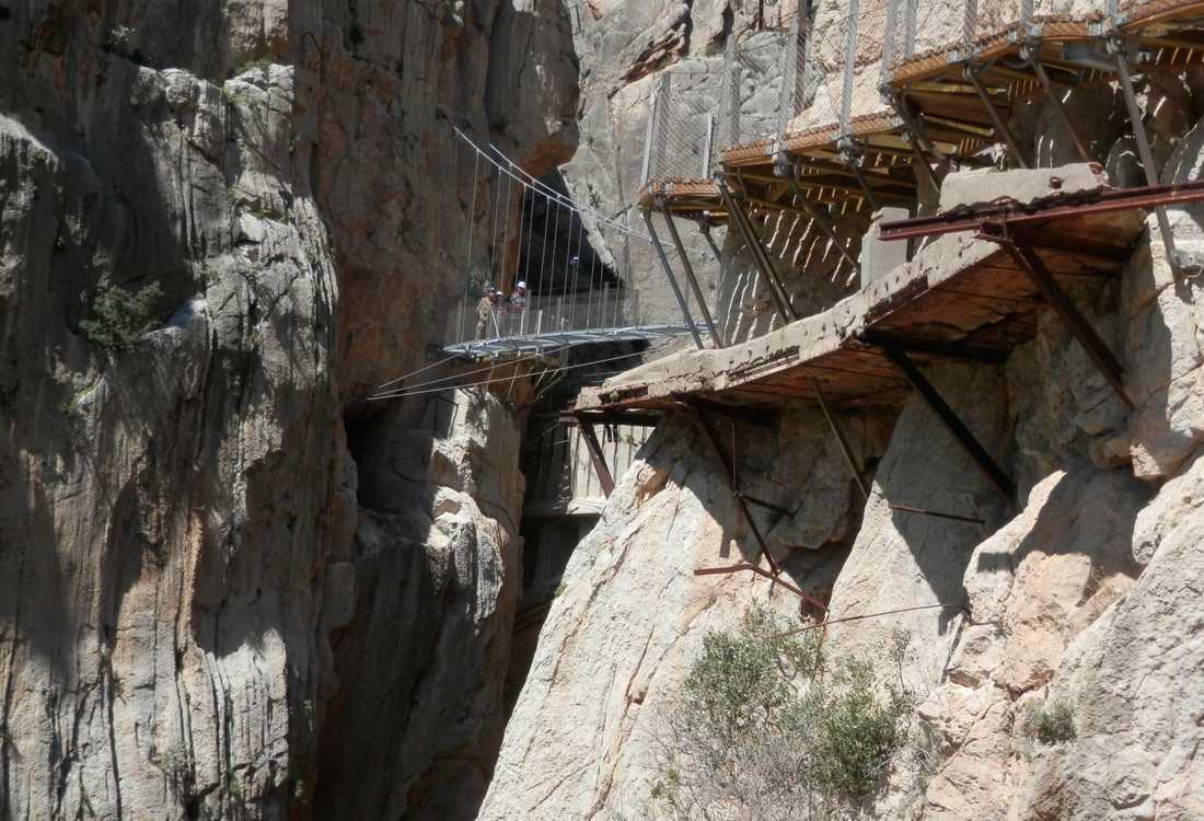 Äventyrare tog sig till Caminito del Rey för att klättra på den förfallna leden innan den rustades upp.