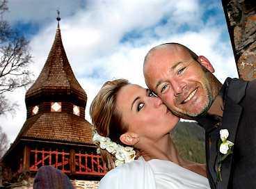 """""""KRISTIN VAR DET VACKRASTE AV ALLT"""" Kristin Kaspersen och Hans Fahlén gifte sig i Hans jämtländska hemort Åre i går. Några minuter efter klockan tre kom bröllopsparet glädjestrålande ut ur kyrkan. """"Kristin var det vackraste av allt"""", säger Hans Fahlén."""