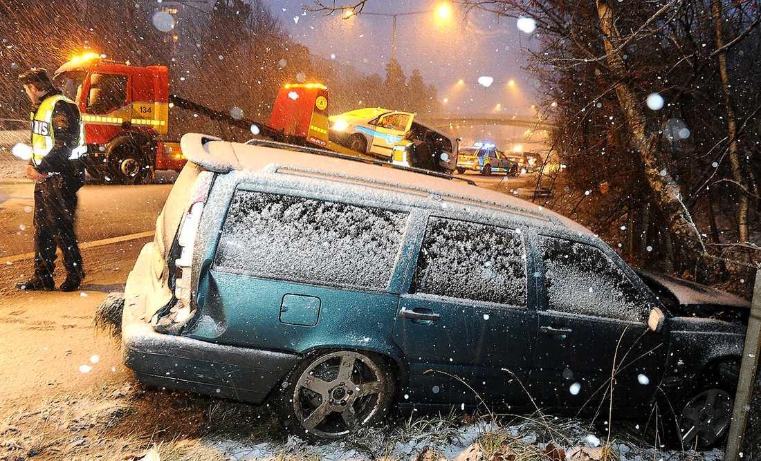 14:20 – Två personbilar krockade med en minibuss vid Glanshammarsgatan/Huddingevägen i Hagsätra utanför Stockholm. Två personer fördes till sjukhus med lindriga skador.