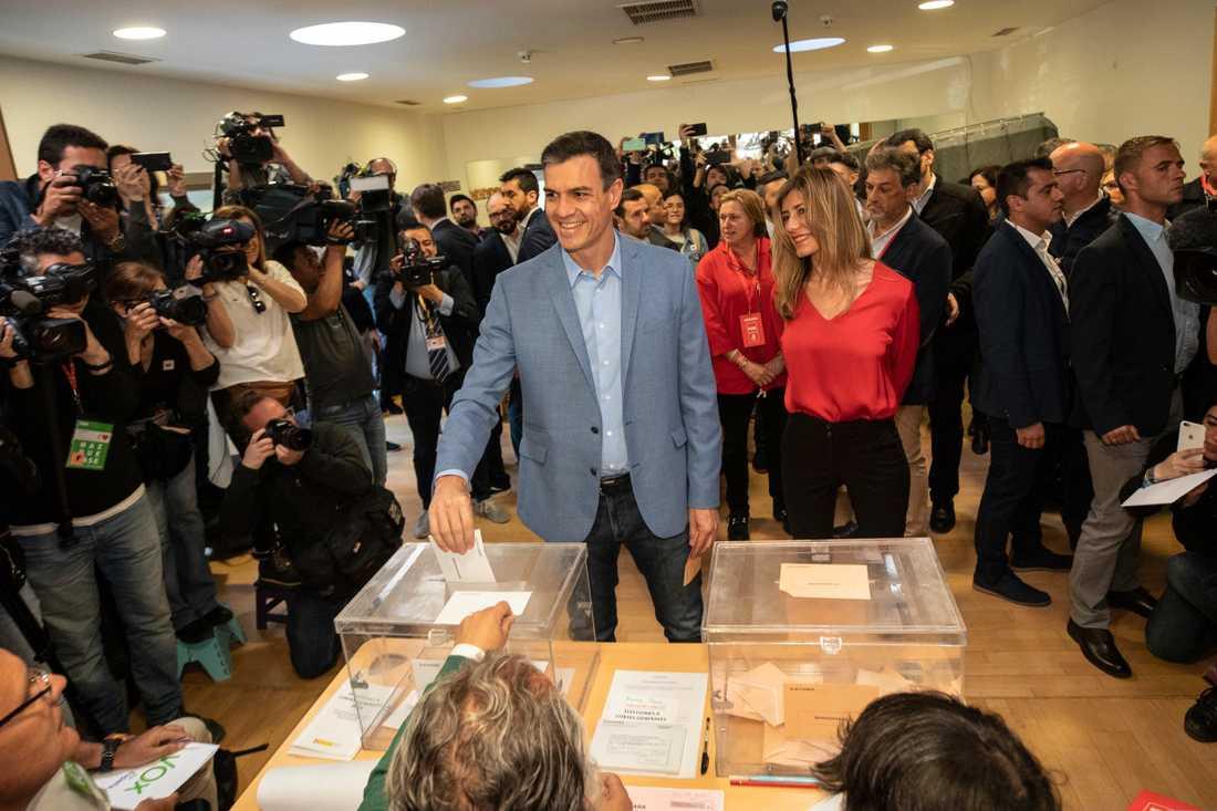 Spaniens premiärminister Pedro Sánchez (PSOE) lägger sin röst i Pozuelo de Alarcon i utkanten av Madrid.