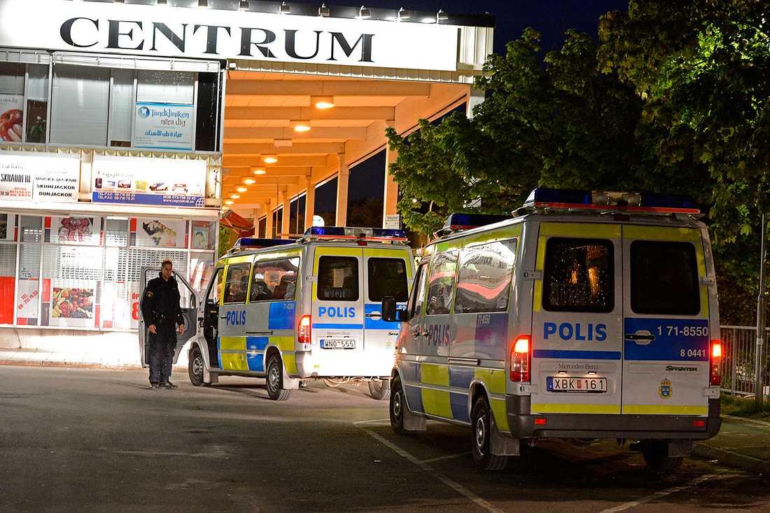 Polis i Vårbergs centrum där det för en kort tid kastades sten mot polisen för att sedan bli lugnt igen.