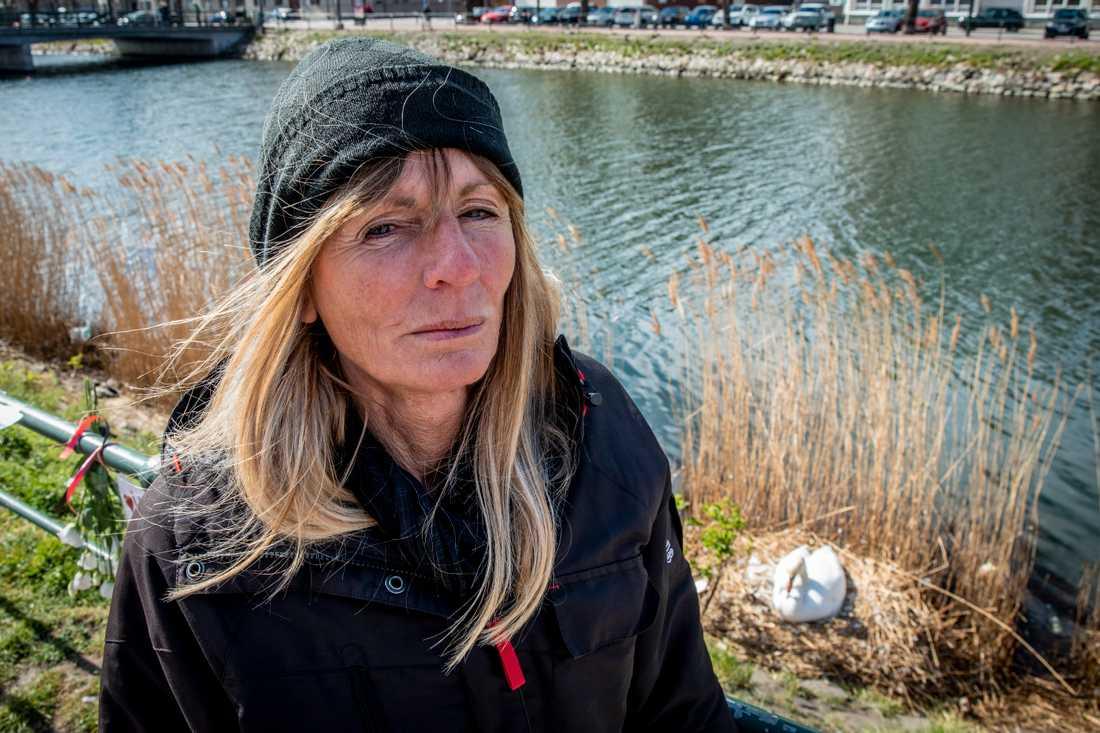 Lena Jönsson är tvärilsk över att svanhanen har skjutits.