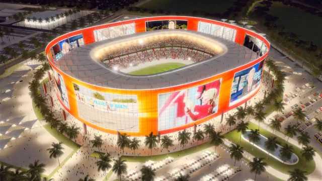 """Al Rayyan +++ Invånare: 444 000. Arenakapacitet: 45 000. Peter Halléns kommentar: """"Ett colosseum kringsvept med en kontinuerlig bildskärm där man kan följa matchen bättre från bilen på parkeringsplatsen runt arenan än från åskådarplats."""" Fotnot: Ytterligare fem arenor byggs i Doha. Övriga VM-orter blir Umm Salal (arena för 45?000 åskådare) och Lusail (86 000 åskådare)."""