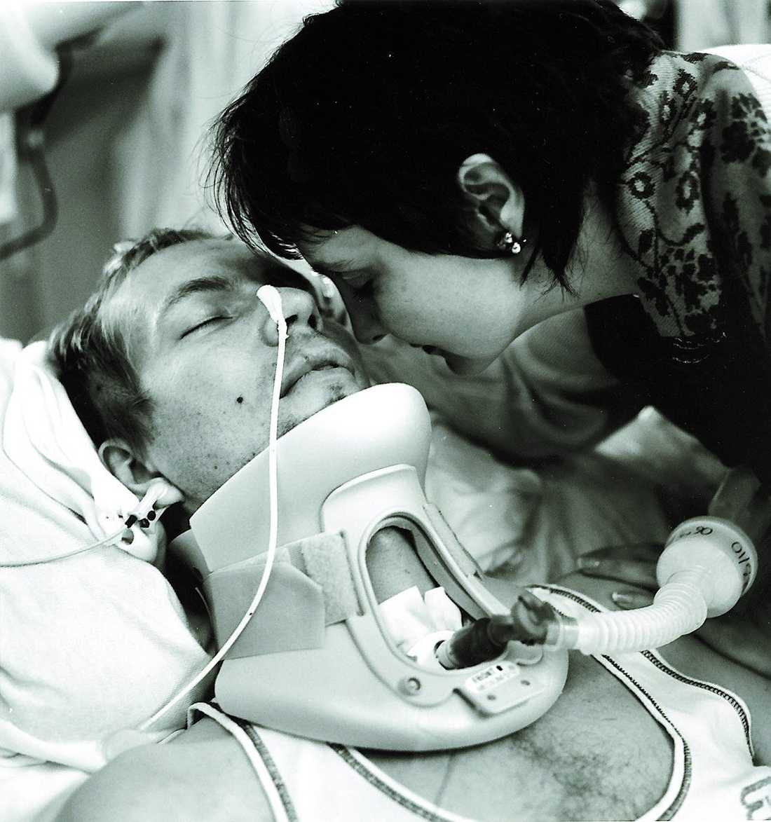 Hustrun Helga Baagøe, 45, vid sin makes sida efter bilolyckan hösten 2000.