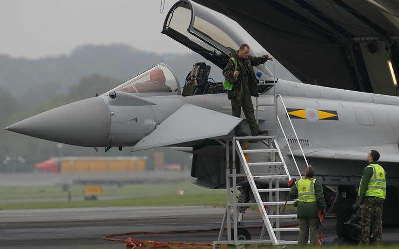 FRÅN LUFTEN Flygvapnet RAF kommer att kontrollera luften med helikoptrar. Typhoonjaktplan står redo om någon attack skulle ske.