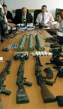 MASSOR AV VAPEN När Goran Kotoran greps hittade den bosniska polisen den här vapenarsenalen hemma hos honom. Det var allt från AK 47:or till pansarskott.