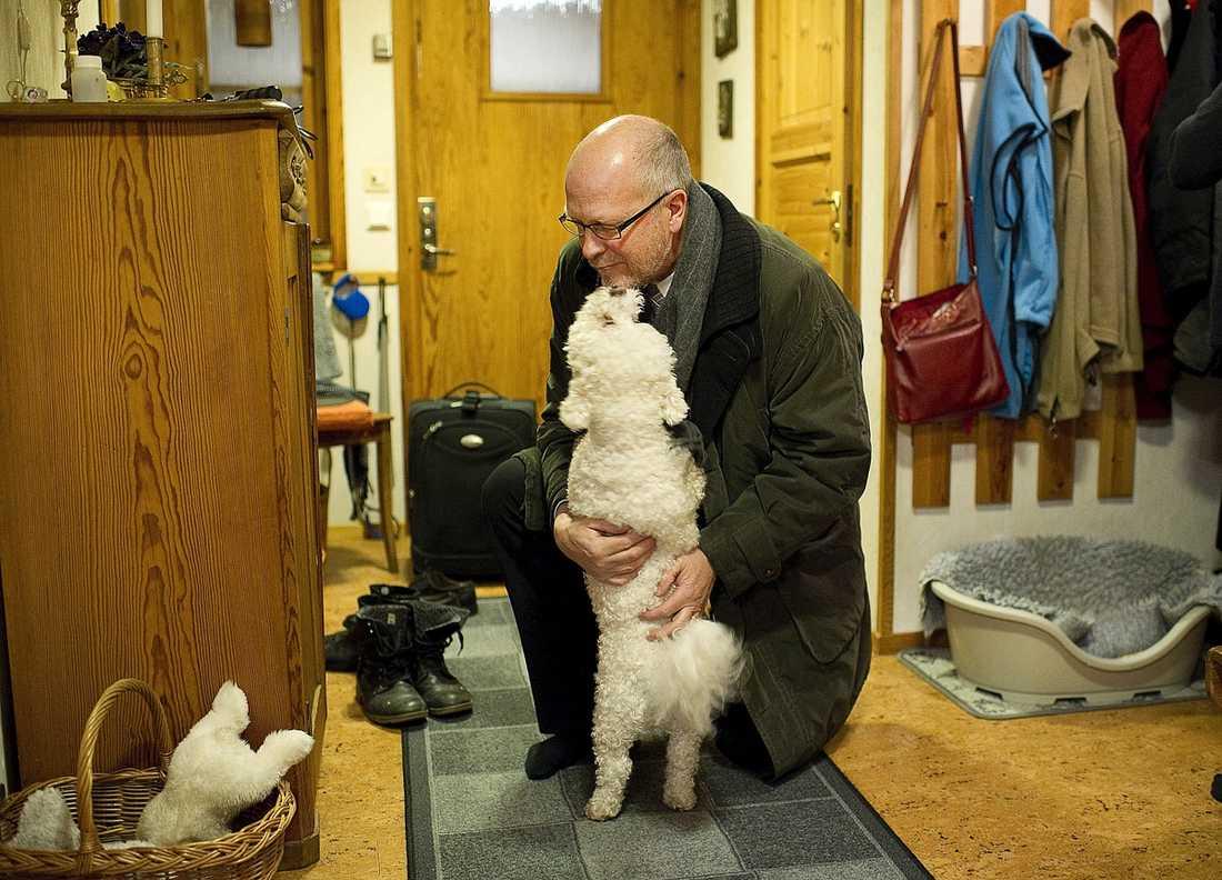 Husse Sven-Erik Österberg välkomnas hem till bostaden av hunden Ziggy, 4.