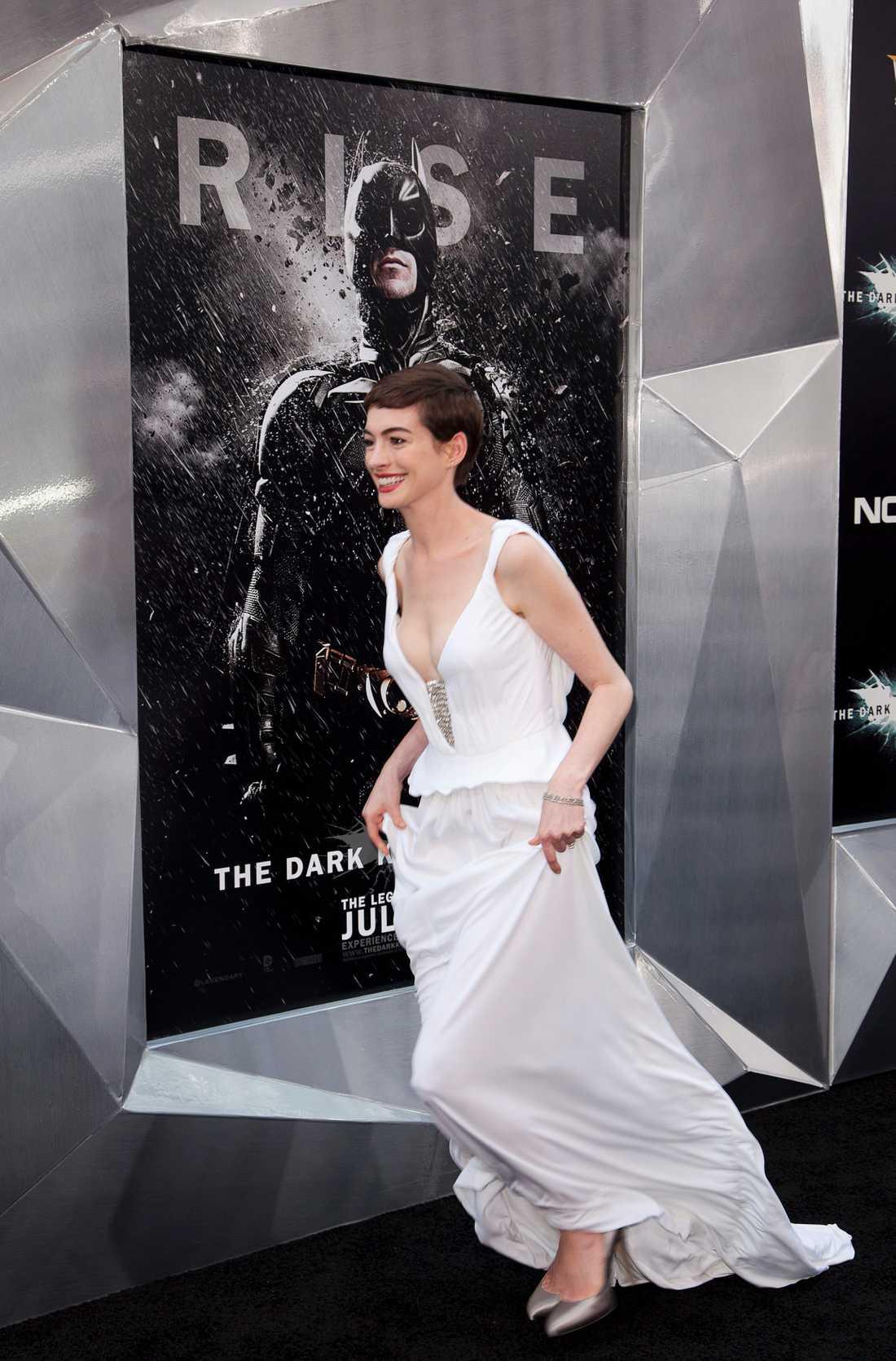 Anne Hathaway kom iförd en lång, vit klänning.
