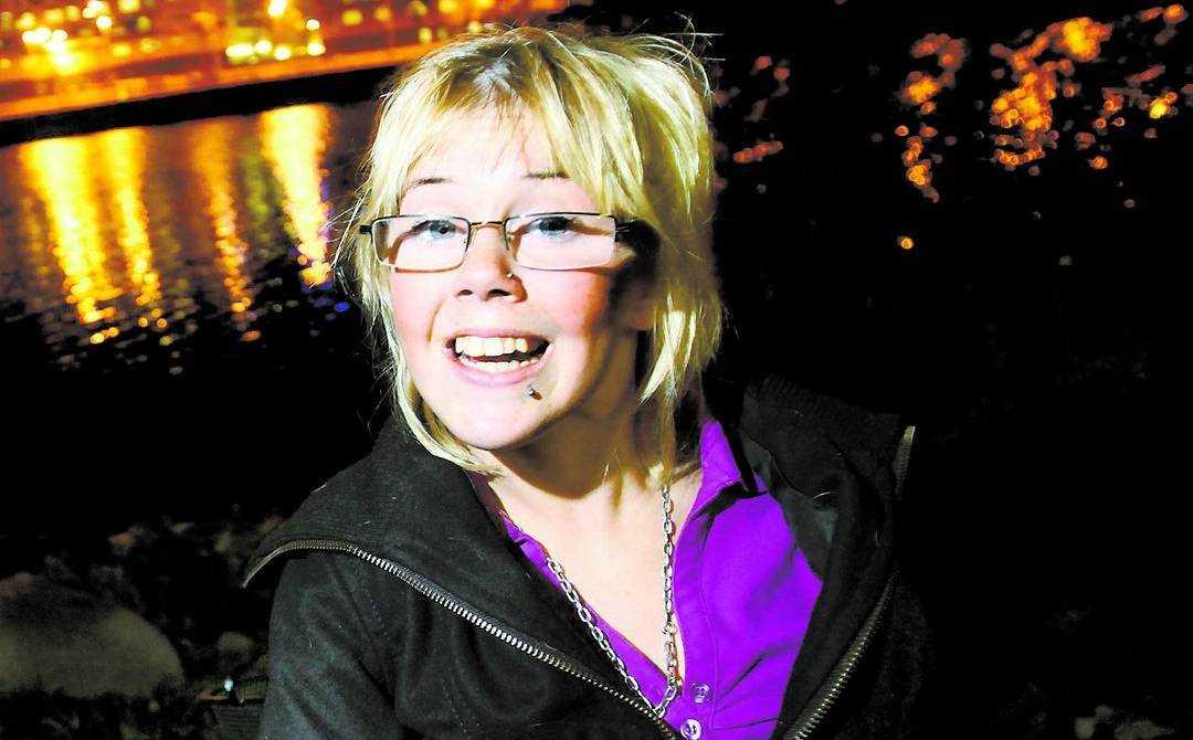 """Moha Paananen har skrivit en låt som är med och tävlar i Webbjokern där svenska folket kan rösta fram ett bidrag till Melodifestivalen. """"Jag vill vara en förebild för andra handikappade"""", säger hon. Foto: JIMMY WIXTRÖM"""
