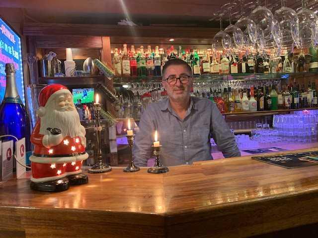 Nail Akkaya öppnar upp sin krog och bjuder ensamma och hemlösa människor på middag på julafton.