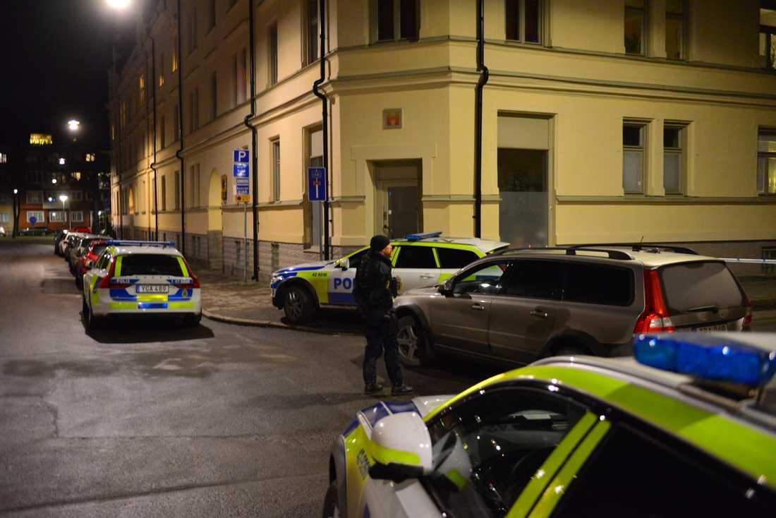 En innergård i centrala Norrköping har spärrats av.På platsen hittade ambulanspersonal en skadad man utomhus och larmade polisen.
