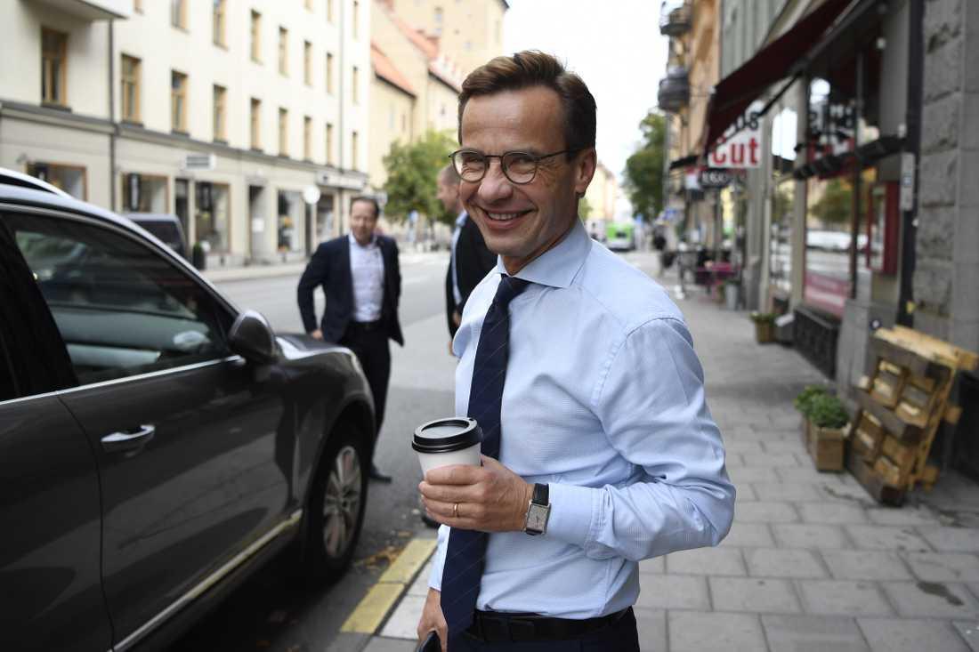 M-ledaren Ulf Kristersson köpte en tidig kaffe i morse.