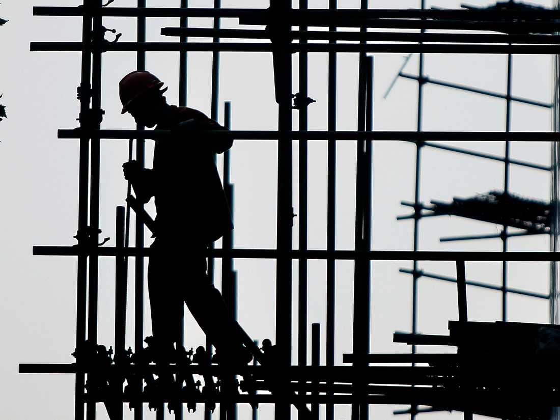 Arbete på tak och höga höjder där det inte finns fallskydd innebär stora risker. Arkivbild.