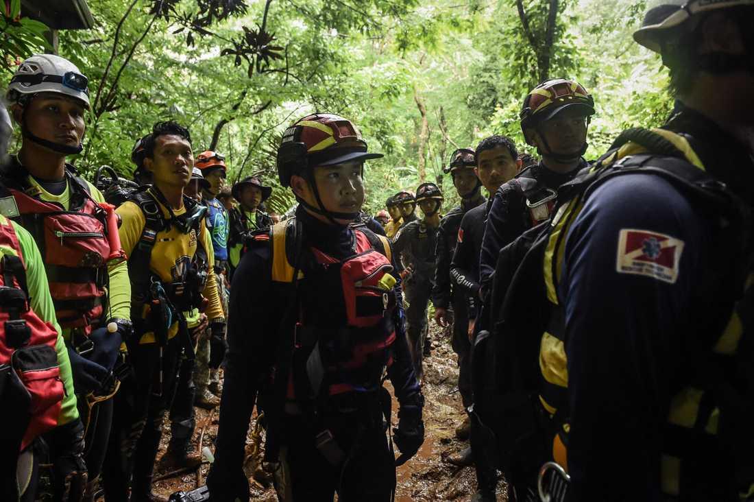 Thailändska marinens specialförband dyker i grottan.