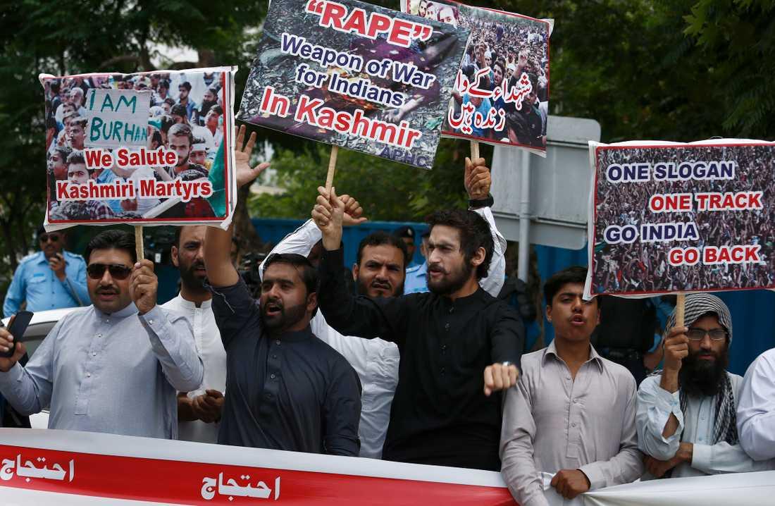 Människor protesterar mot Indiens avancemang i Kashmir i Islamabad, Pakistan.