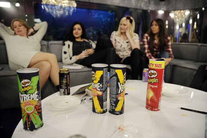 """""""Big brother""""-kosten: En hel massa chips. Aftonbladets kulturchef Åsa Linderborg, Nöjesguidens Parisa Amiri, Nöjesguidens Isabelle Ståhl samt Spotlife-bloggaren Jackeline Perez i soffan"""