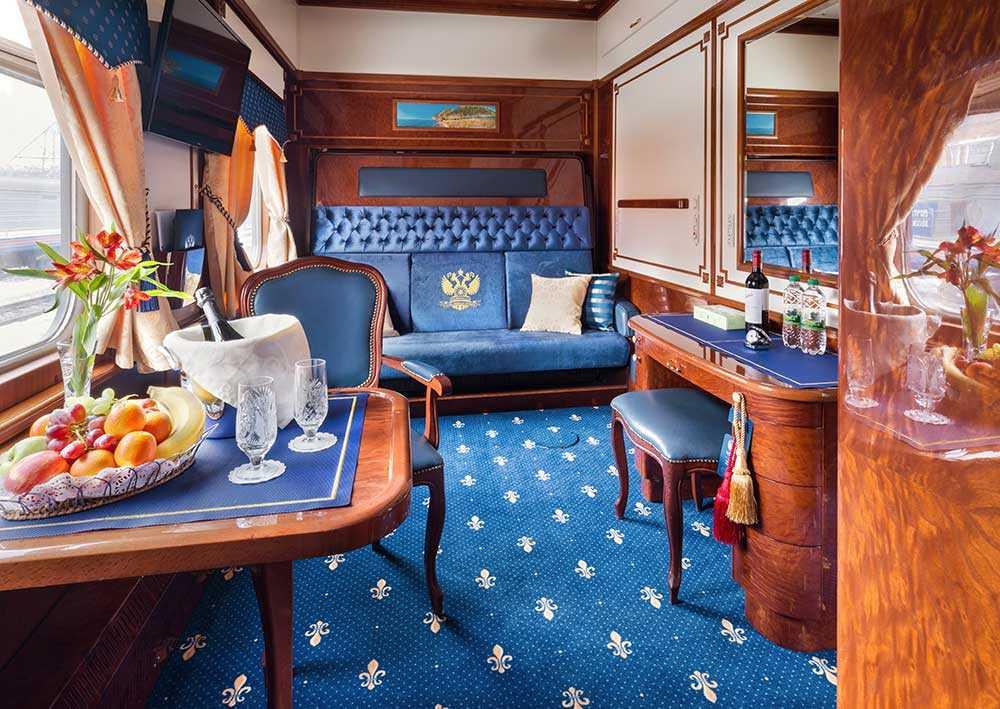 Imperail Suite har en loungedel med soffor och badrum med dusch.
