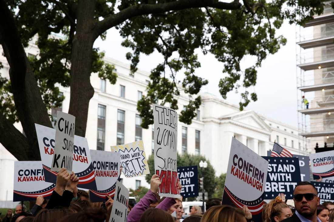 Demonstranter som stöttar Kavanaugh.