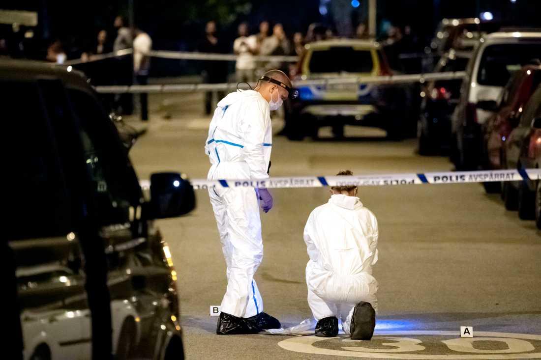 Juli 2018: Polisens kriminaltekniker i arbete i Rosengård i Malmö efter att en man i 20-årsåldern skjutits till döds. Arkivbild.