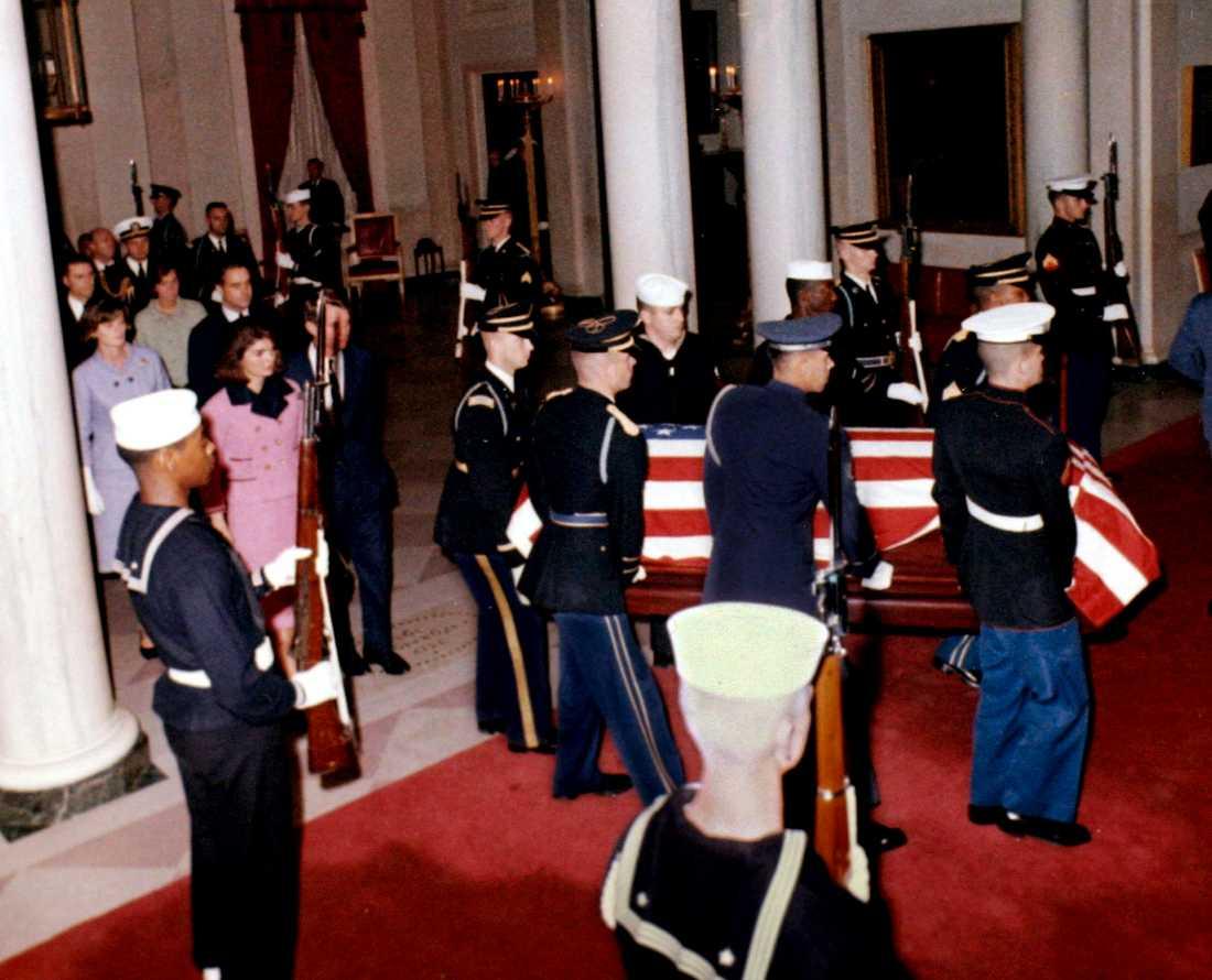 Kistan med John F Kennedys kropp kommer till vita huset från Dallas dagen efter mordet.
