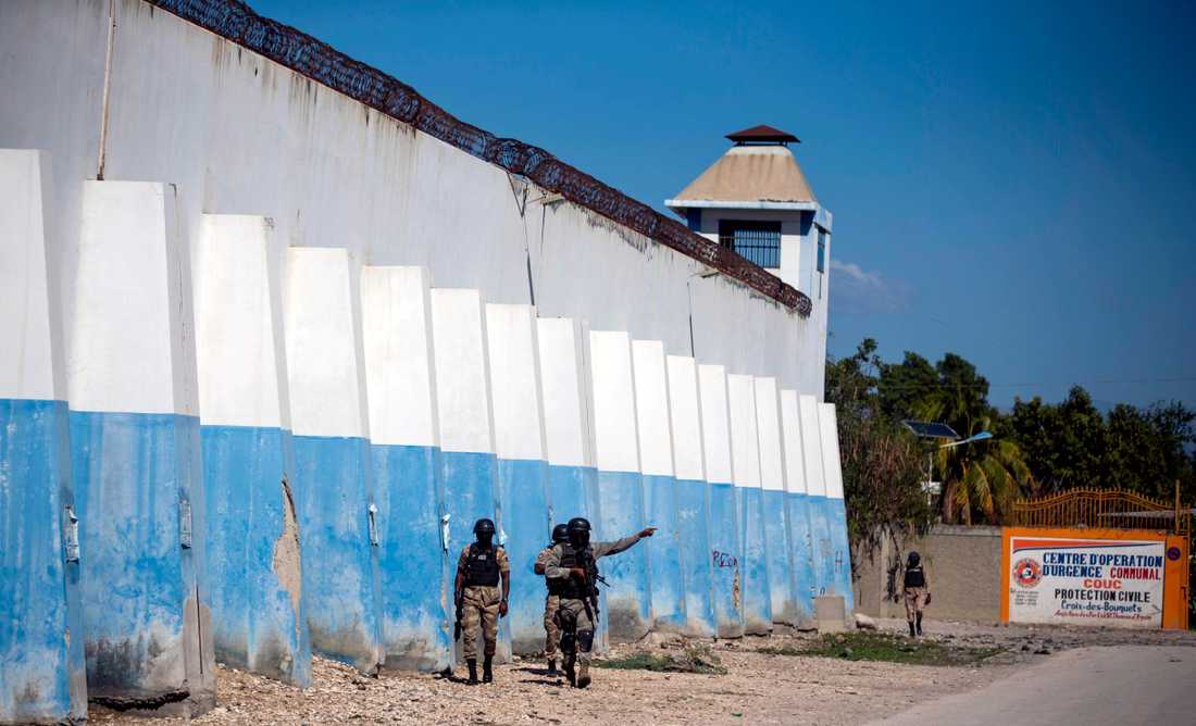 Poliser söker efter förrymda fångar utanför fängelset Croix-des-Bouquets.