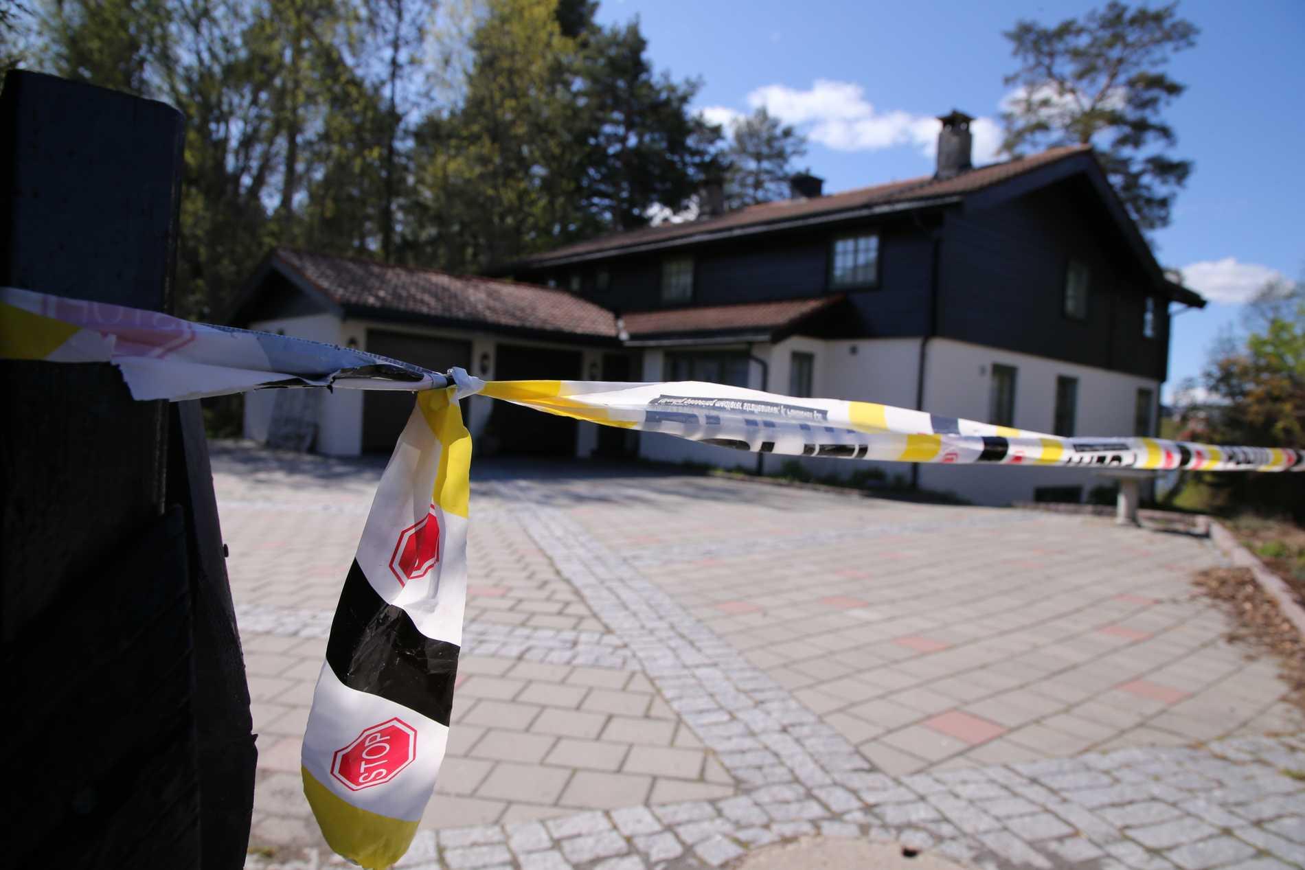 Polisavspärrningar vid miljardären Tom Hagens bostad. Arkivbild.