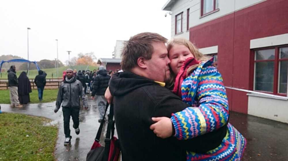 Pappa Mattias och Emilia, som går i årskurs 3, förenas igen efter flera timmar av oro.