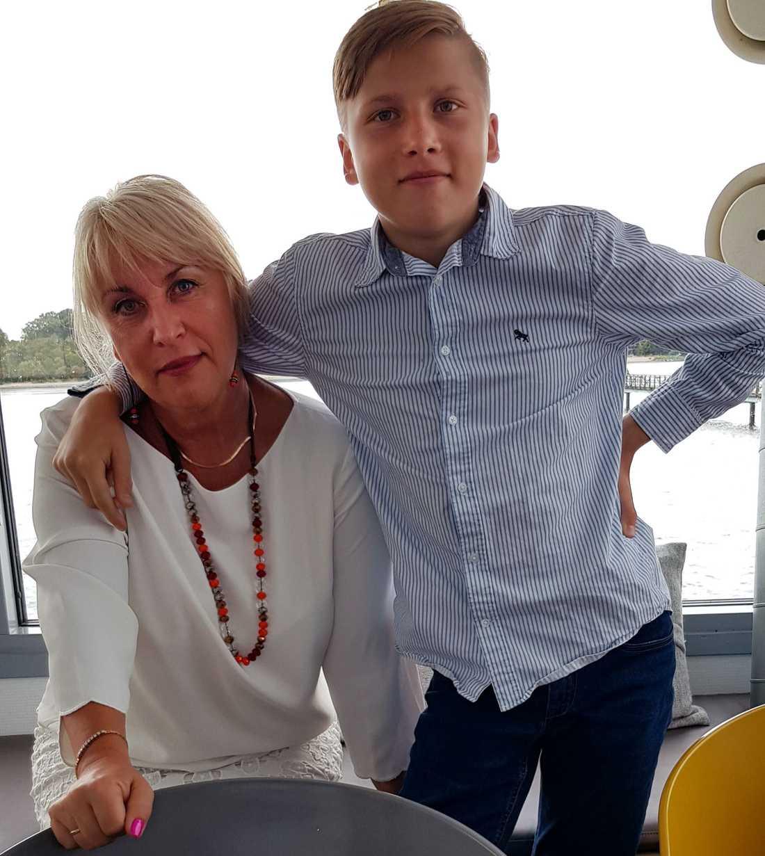 Mormor Tatiana Aksenova, 58, tillsammans med barnbarnet Kirill, 15.