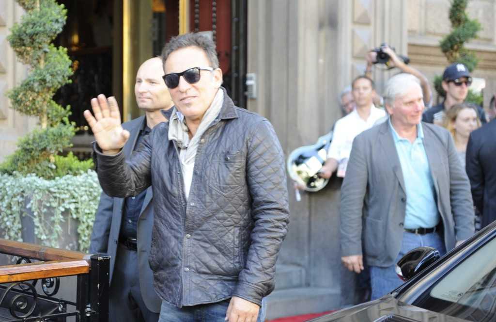 Bruce Springsteen hälsade på fansen utanför hotellet Elite Plaza i Göteborg.