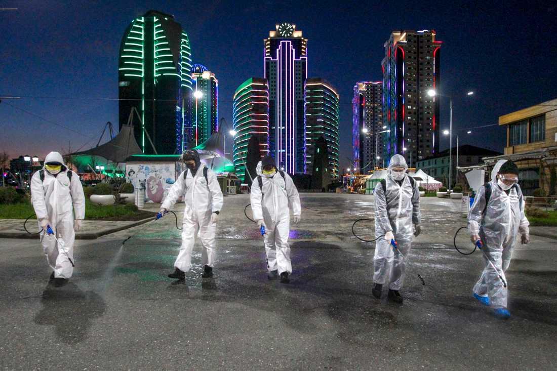 Desinfektionsmedel sprutas i centrala Grozny i Ryssland med anledning av coronaviruset.