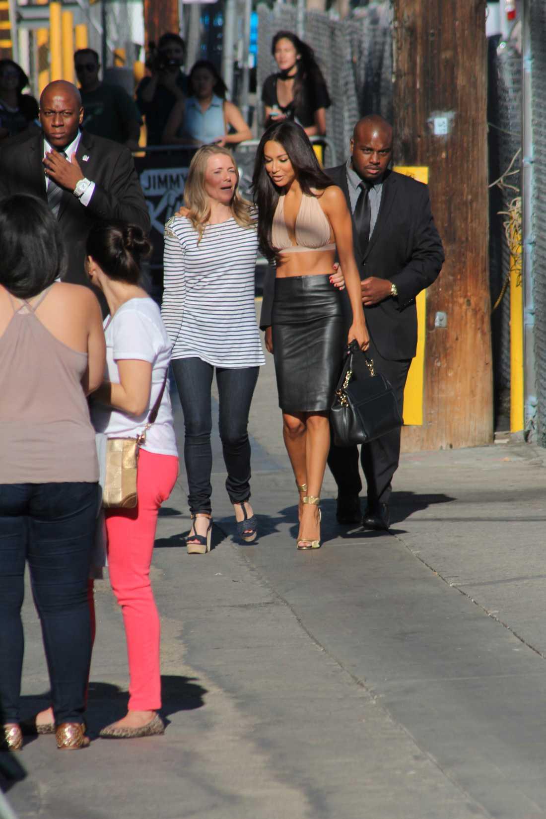 Naya Rivera med sin publicist och två livvakter lämnar tv-studion i Hollywood. Foto: Splash
