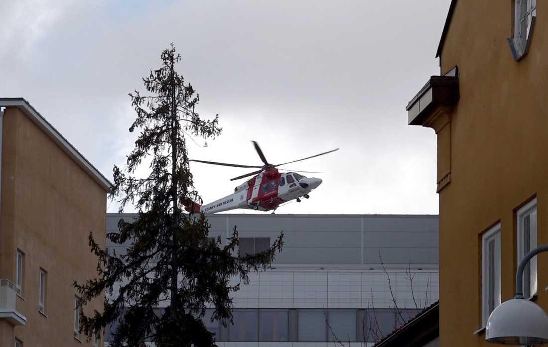 Helikoptern med skadade landar på Karolinska sjukhuset i Solna.