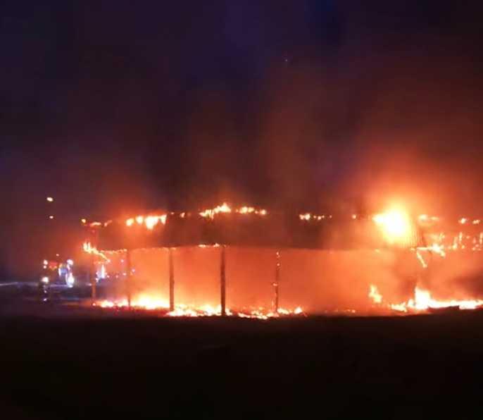 Fullt utvecklad brand i skolbyggnad