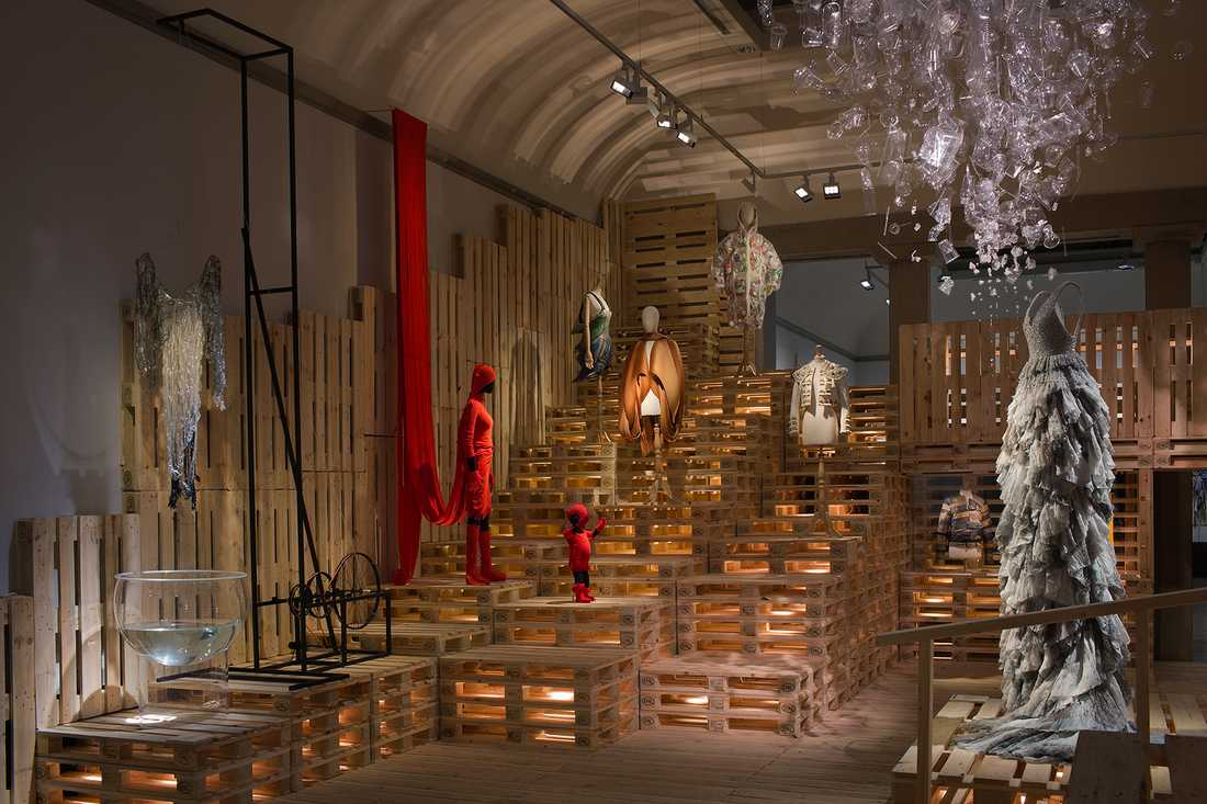Issey Miyakes och Dai Fujiwaras röda ensemble och H&M:s klänning med pärlor av återvunnet glas dominerar rummet som också har plagg av bland andra Hussein Chalayan och Miguel Mesa Posada.