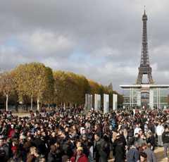 Över 7 000 människor samlades i närheten av Eiffeltornet i Paris.