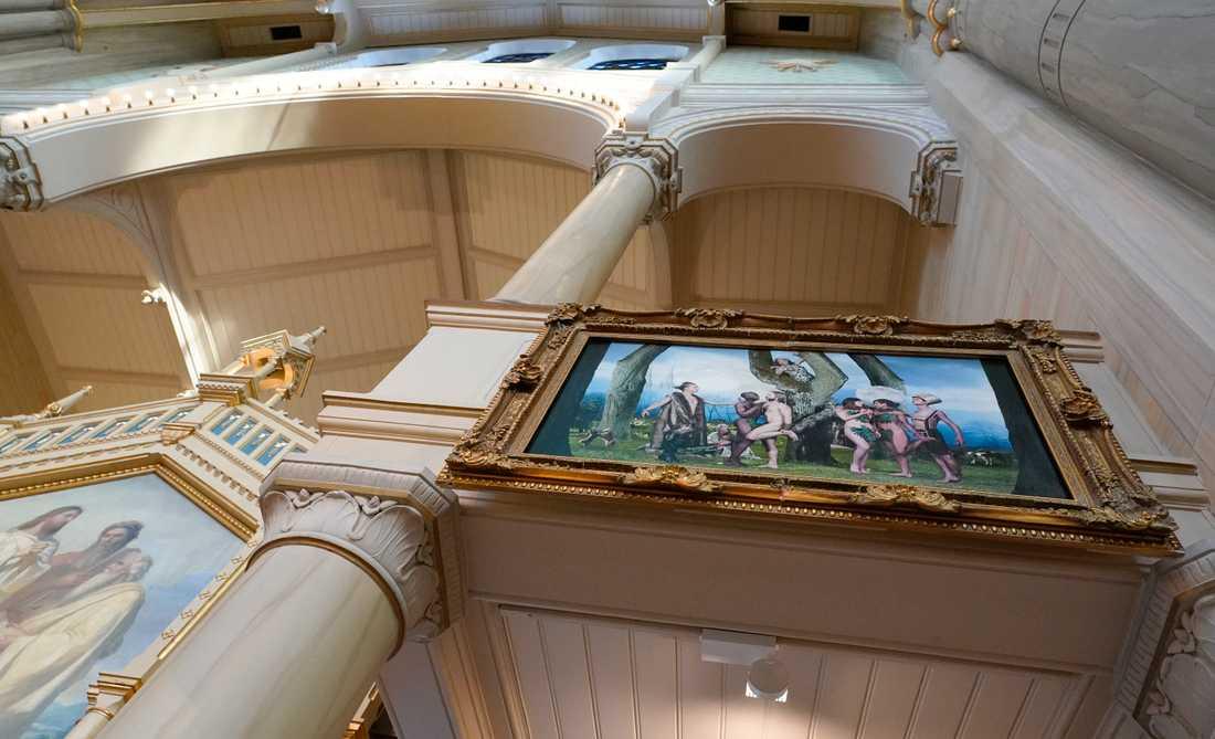 Tavlan på plats i S:t Pauli.  Konstnären Elisabeth Ohlson har tolkat en altartavla från reformationstiden men gett paradiset två Adam och två Eva.