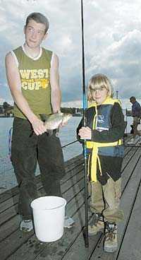 GRATIS NAPP Sebastian Sölve, 7, Köpenhamn, har precis dragit upp en braxen ur Strömmen. Assisterar gör Andreas Rossi som jobbar på Strömmens sportfiskeklubb. Klubben har gratis fiske hela sommaren och lånar även ut fiskeprylar.