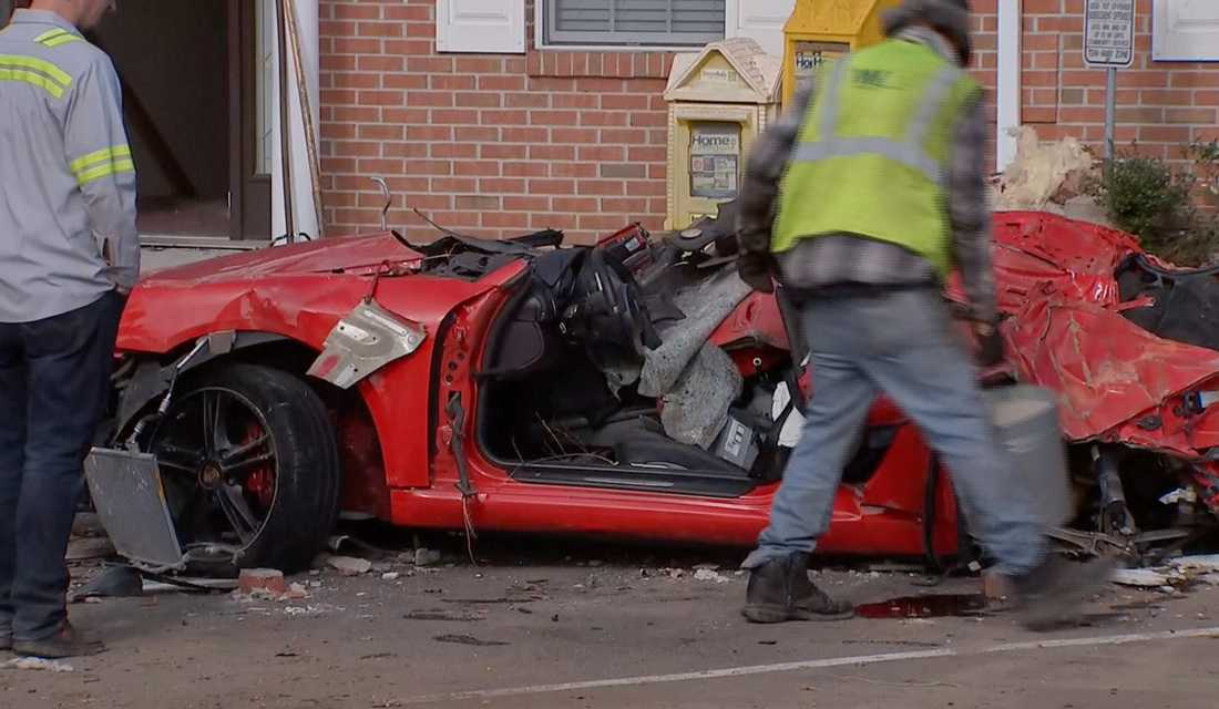 Porschen tappade kontrollen i hög fart och krossade husväggen på andra våningen.