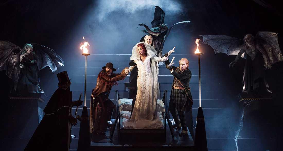 """Kristian Flor, Jon Nilsson, Sanna Gibbs och Johan Edholm i """"Dracula"""" på Kungliga operan i Stockholm."""