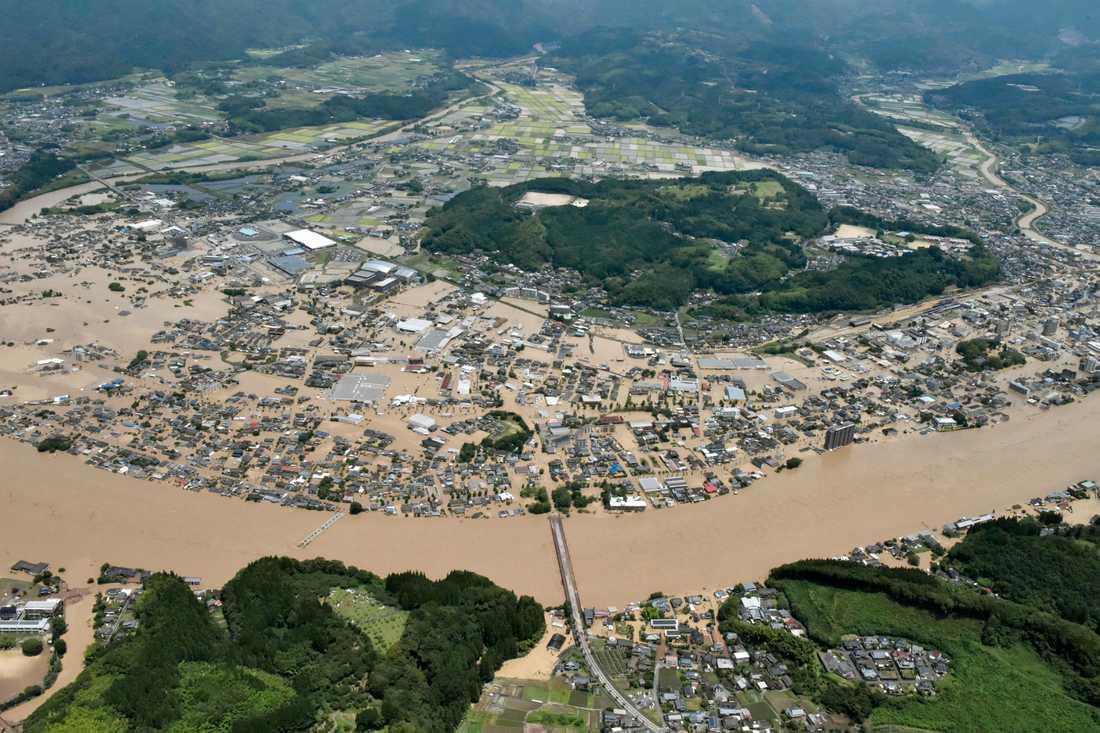 Stora områden i sydvästra Japan har begravts i vatten och lera efter kraftiga skyfall.