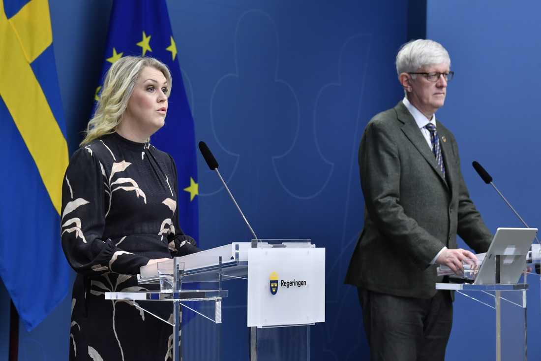 Lena Hallengren, socialminister, och Folkhälsomyndighetens Johan Carlson på pressträffen.
