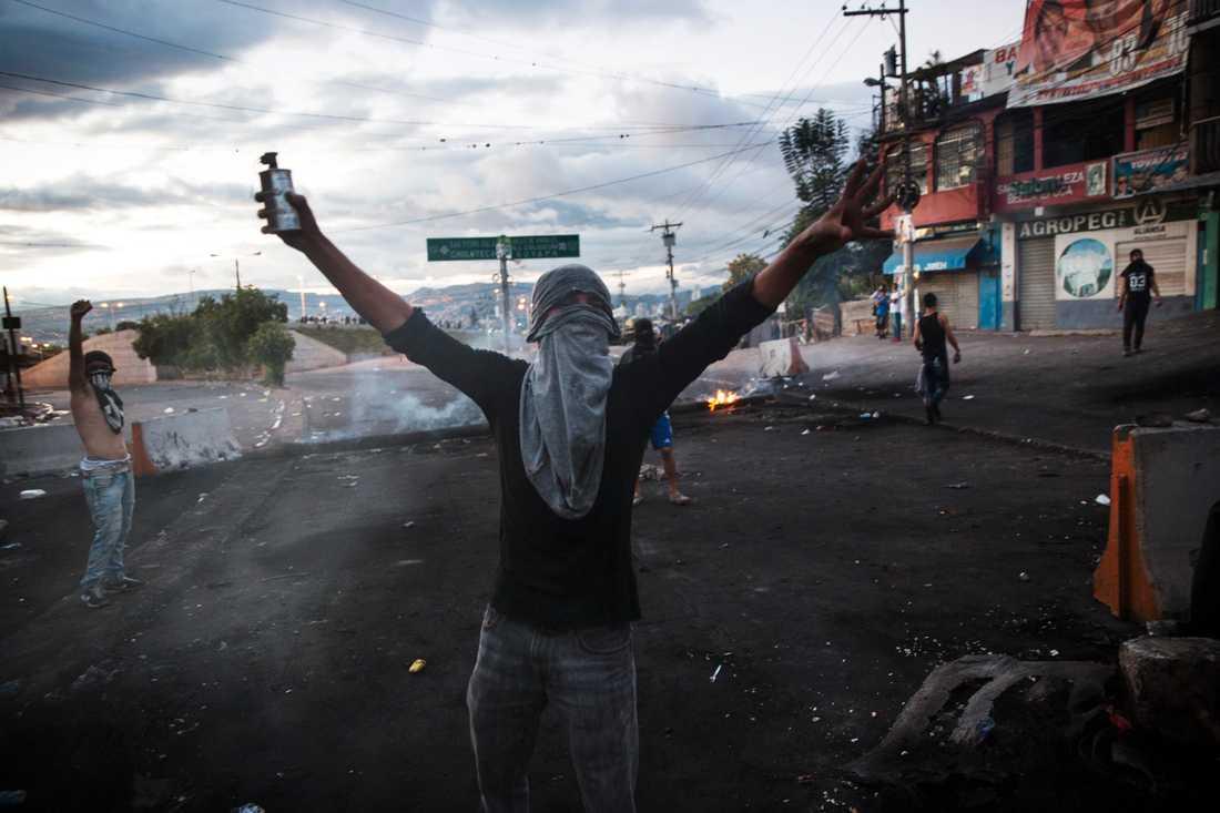 Tusentals anhängare till oppositionen i Honduras har gått ut i protest efter presidentvalet i landet, som ännu inte är avgjort.