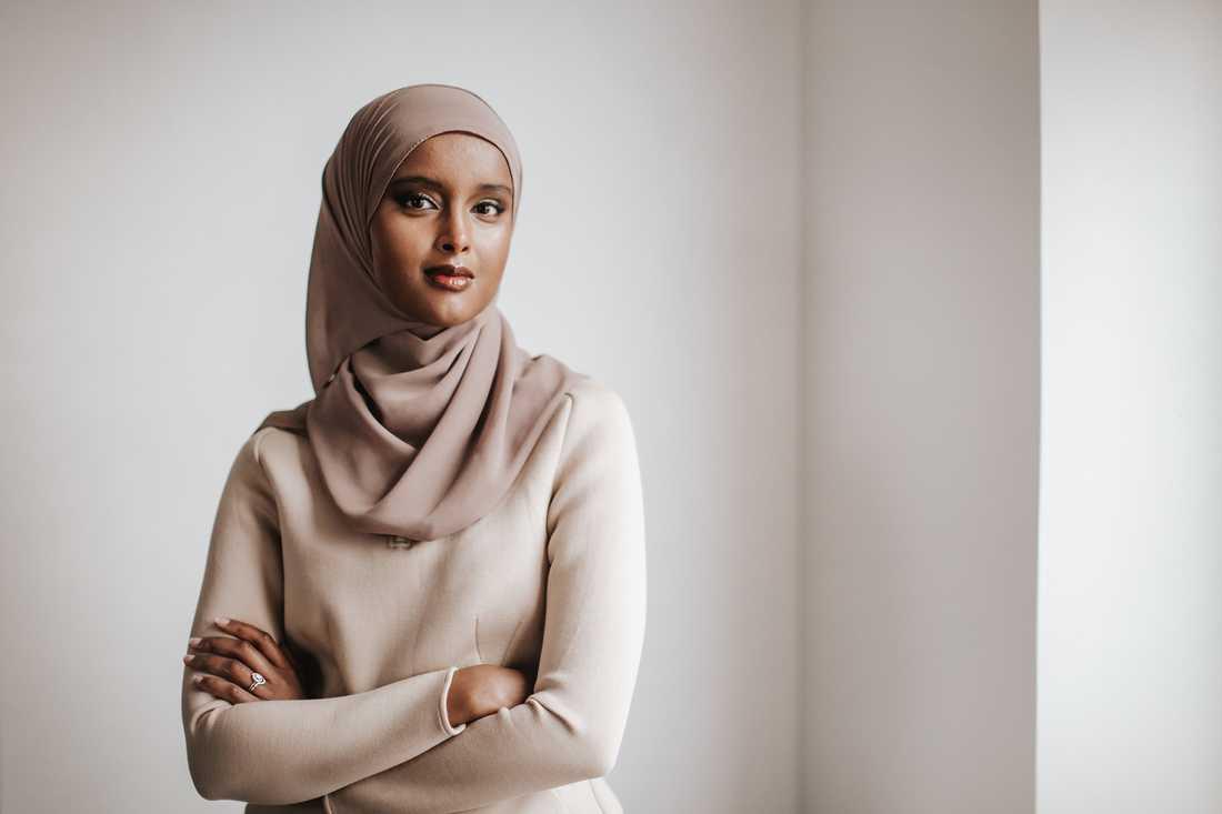 """Suad Ali (f 1990) är statsvetare. """"Dina händer var fulla av liv"""" är hennes romandebut."""
