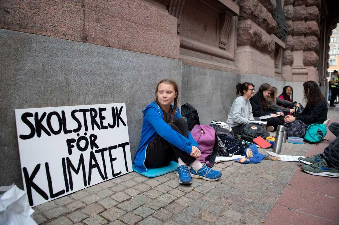 Greta Thunberg är 15 år och djupt engagerad i klimatet. Hon skolstrejkar utanför riksdagshuset i Stockholm för att lyfta frågan.