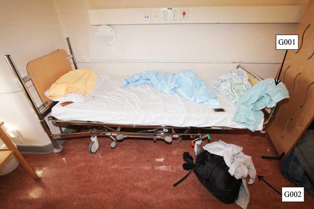 En man försökte strypa en annan patient på en psykiatrisk akutvårdsavdelning vid Sankt Görans sjukhus i Stockholm. Bilden visar den misstänktes rum. Bilden kommer från polisens förundersökning.