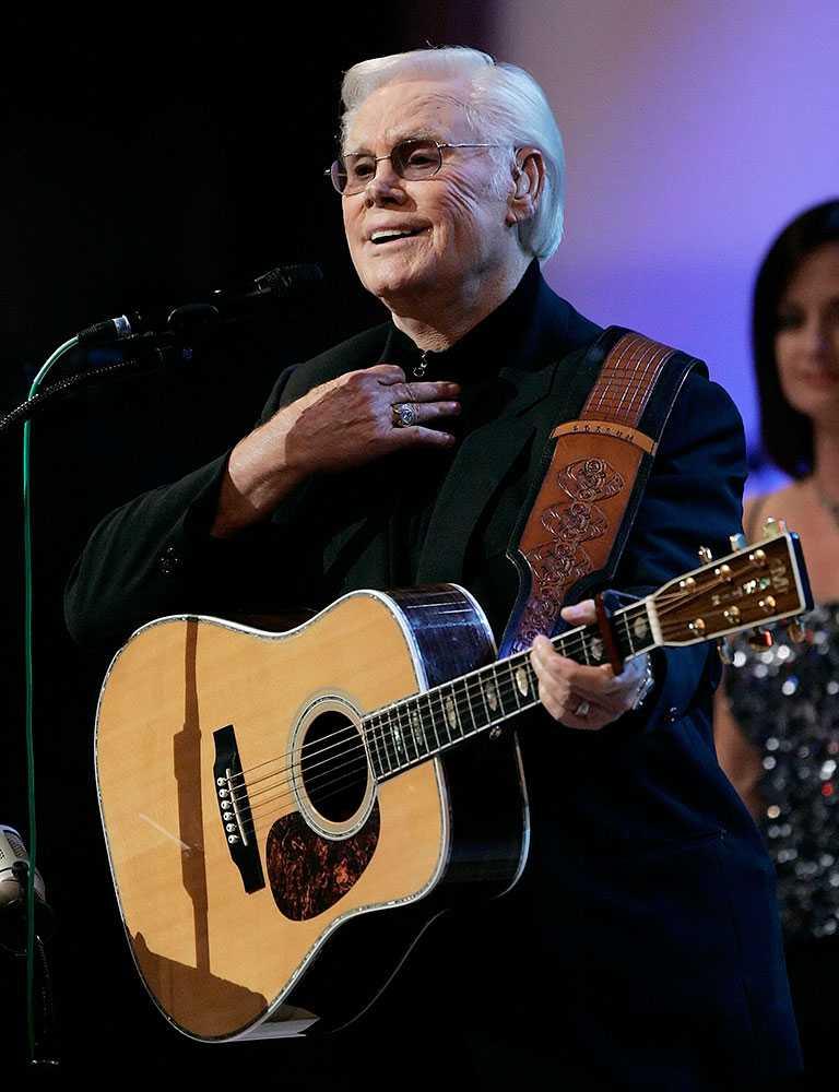 """George Jones när han framförde en av sina kändaste låtar """"He stopped loving her today"""" på sin 75:e födelsedag i Nashville."""