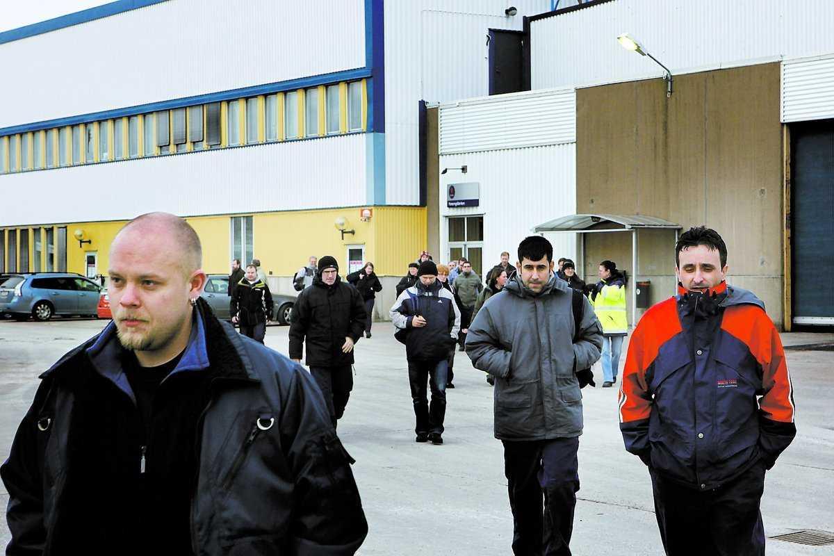 Oviss framtid Arbetare lämnar fabriken i Trollhättan efter skiftslut 14.30. I natt satt många uppe och väntade på GM:s besked.
